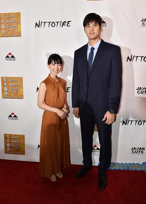 7月11日、日米協会の国際市民賞を授与され、近藤麻理恵さん(左)と記念写真に納まるエンゼルス大谷(撮影・菅敏)