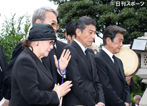 墓前で手を合わせる左から石原まき子氏、石原伸晃氏、舘ひろし、神田正輝(撮影・鈴木正人)