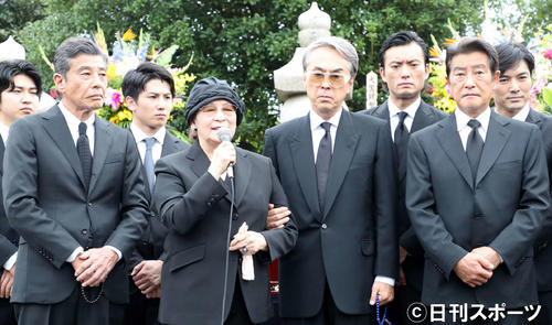 墓前に集まったファンにあいさつする石原まき子(左から2人目)左は舘ひろし、左3人目から石原伸晃氏、神田正輝(撮影・鈴木正人)