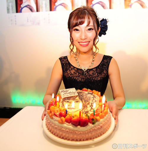 新曲「TOKYO迷子」の発表会で誕生日をケーキで祝った藤井香愛(撮影・松本久)