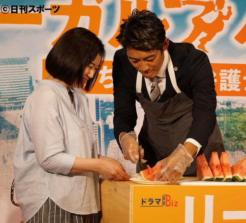 スイカを切る反町隆史(右)とサポートする和久井映見(撮影・遠藤尚子)
