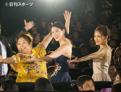 客席でダンス後ポーズを決める、左からやしろ優、三吉彩花、chay(撮影・遠藤尚子)