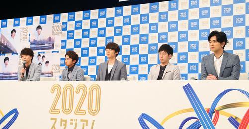 NHK「2020スタジアム」の会見で故ジャニー喜多川さんへの思いを語った櫻井翔(左端)。左から、1人おいて大野智、相葉雅紀、二宮和也、松本潤(撮影・足立雅史)