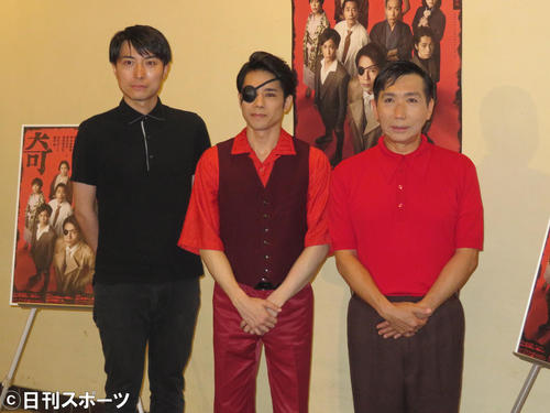 主演舞台の初日を迎えた五関晃一(中央)。左は中屋敷法仁氏、右は梶原善(撮影・横山慧)