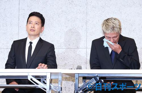 謝罪会見で、吉本興業契約解消までの経緯を涙ながらに説明する田村亮(右)の隣で、遠くを見つめながら話を聞く宮迫博之(撮影・河田真司)