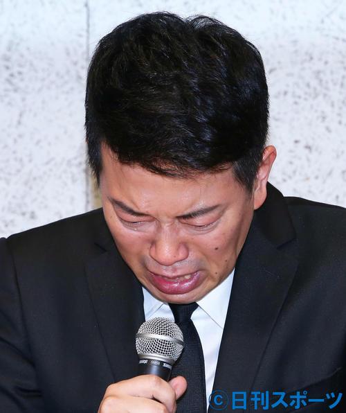 涙を流しながら吉本興業との契約解消までの経緯説明及び、謝罪をする宮迫博之(撮影・河田真司)