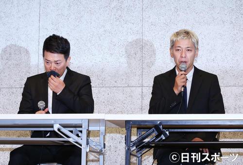 涙ながらに経緯説明及び、謝罪をする宮迫博之(左)と田村亮(撮影・河田真司)