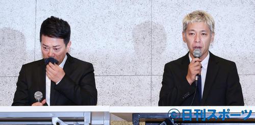 涙ながらに経緯説明および、謝罪をする宮迫博之(左)と田村亮(撮影・河田真司)