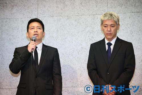 謝罪会見に臨む宮迫博之(左)と田村亮(撮影・河田真司)