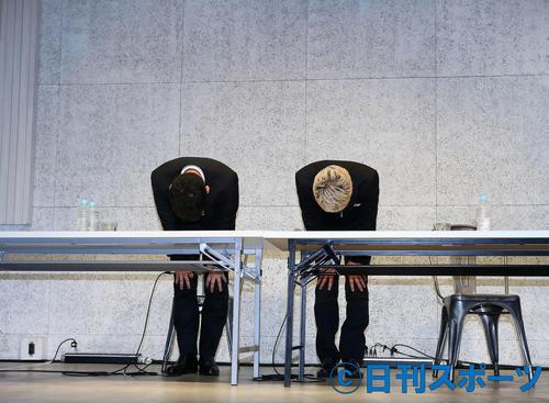 謝罪会見の終わりに、深々と頭を下げる宮迫博之(左)と田村亮(撮影・河田真司)