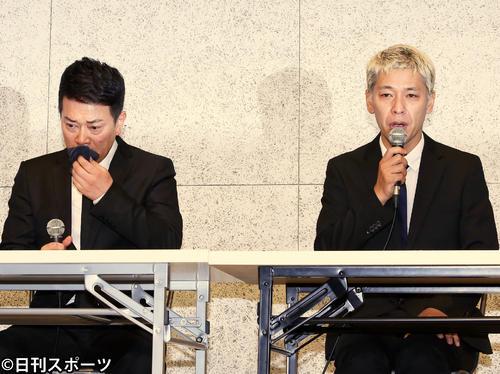 涙ながらに経緯説明及び、謝罪をする宮迫博之(左)と田村亮(2019年7月20日撮影)