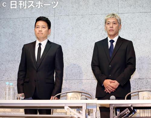謝罪会見に臨む宮迫博之(左)と田村亮(2019年7月20日撮影)