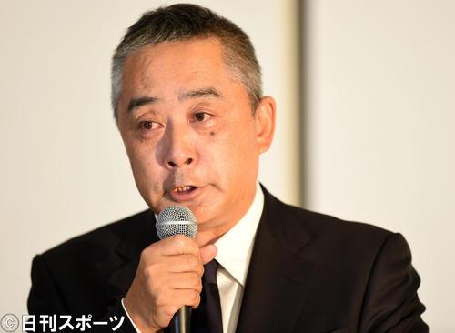 会見で涙を流す吉本興業の岡本昭彦社長(撮影・横山健太)