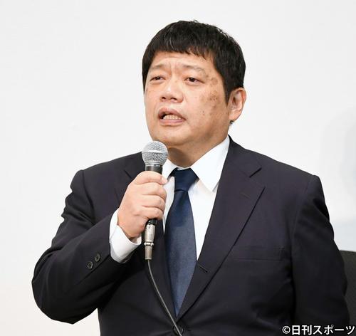 記者からの質問に応える吉本興業の藤原寛副社長(撮影・横山健太)