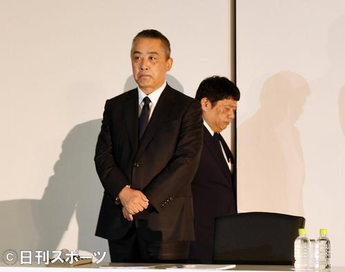 会見の席に着く吉本興業の岡本昭彦社長(左)と藤原寛副社長(撮影・横山健太)