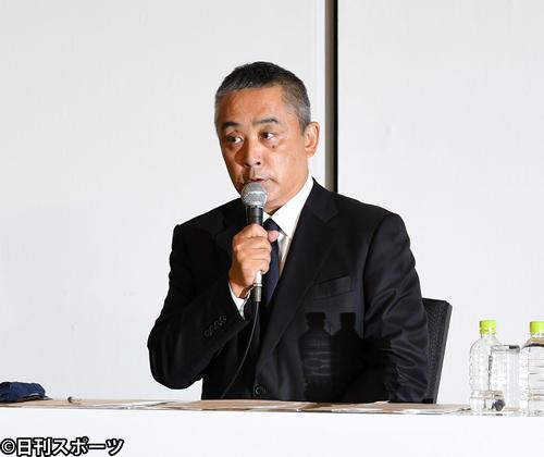 記者からの質問に対応する吉本興業の岡本昭彦社長(撮影・横山健太)