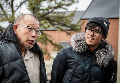 映画「閉鎖病棟 -それぞれの朝-」の主題歌を手掛けたK(右)は、主演を務める笑福亭鶴瓶の撮影現場を訪ねた