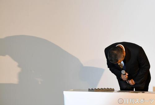 会見冒頭、騒動に関して謝罪する吉本興業の岡本昭彦社長(撮影・横山健太)