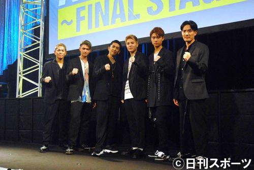 オーディション合格者と写真に納まるDEEPのメンバー。左からYUICHIRO、杉山亮司さん、TAKA、比嘉涼樹さん、宇原雄飛さん、KEISEI(撮影・大友陽平)