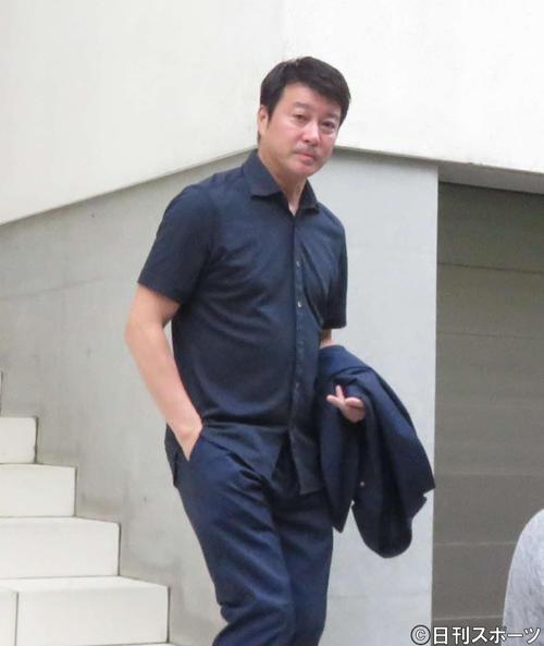 23日、自宅を出て大崎洋会長との面談に向かう加藤浩次