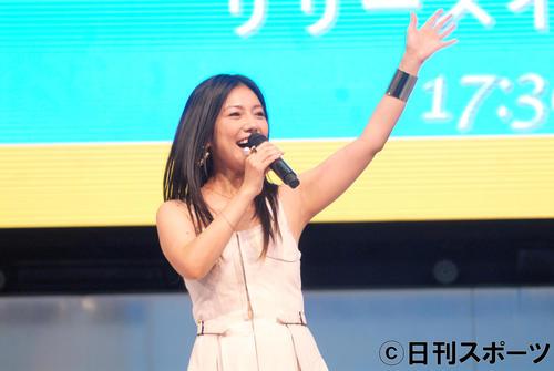 デビュー20周年記念ミニアルバム「brilliant」発売イベントで歌う島谷ひとみ(撮影・大友陽平)