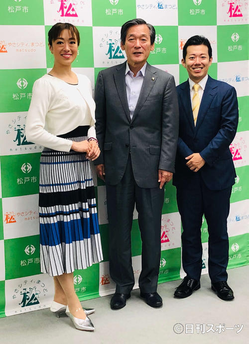 本郷谷健次松戸市長(中)を表敬訪問した、北翔海莉(左)と藤山扇治郎