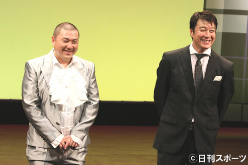 極楽とんぼの山本圭壱(左)と加藤浩次(2016年9月10日撮影)