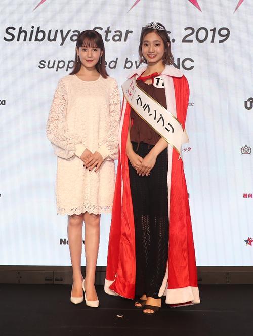「シブスタ2019」にゲスト参加したトリンドル玲奈(左)とグランプリに輝いた宮野真菜さん