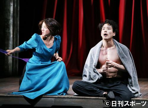 舞台「お気に召すまま」で演じる満島ひかり(左)と坂口健太郎(撮影・河田真司)