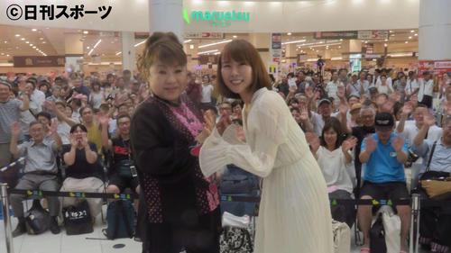 ミニライブを行った半崎美子(右)とゲストの天童よしみ(撮影・大井義明)