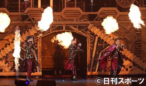 爆発音や炎を使った演出で盛り上げたKAT-TUNの、左から中丸雄一、亀梨和也、上田竜也(撮影・丹羽敏通)