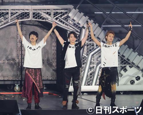 フィナーレで手を取り合ってあいさつするKAT-TUNの、左から中丸雄一、亀梨和也、上田竜也(撮影・丹羽敏通)