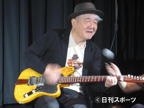 「チェルシー・ホテル」の廃材で作ったギターを奏でる鈴木慶一