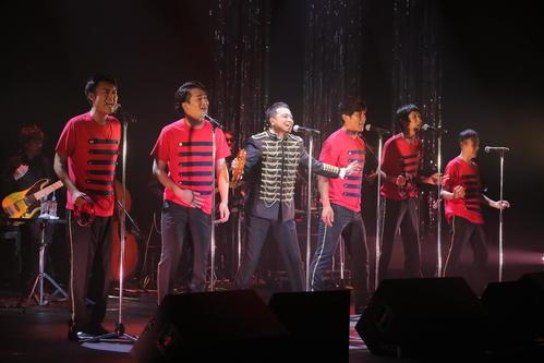 「ヒデライブ2019 THE令和もヒッパル」を開催した中山秀征(左から3人目)とジャナイズ5