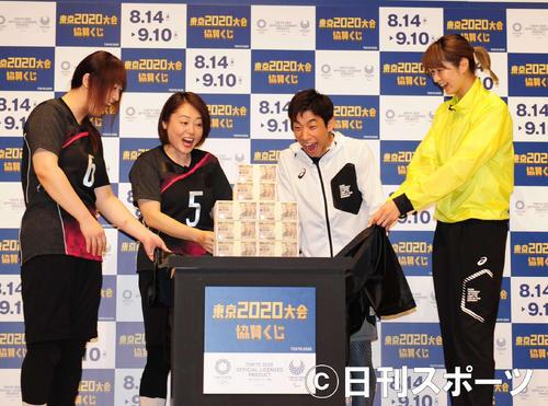 1億5000万円に驚く、左から小方心緒吏、斉藤洋子、織田信成、木村沙織(撮影・松本久)