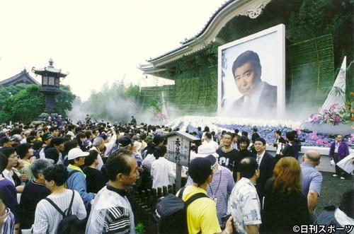 石原裕次郎さんの十三回忌法要が行われ、ヨットをイメージした祭壇の前で手を合わせる参列者たち(1999年7月3日撮影)