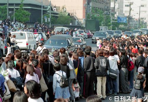 告別式を終え、築地本願寺から出棺するhideさんを乗せた霊きゅう車(1998年5月7日撮影)