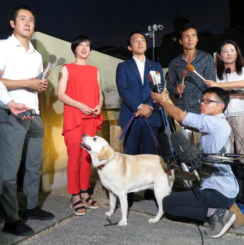 横須賀市の実家前で囲み取材を受ける滝川クリステル(左)と小泉進次郎衆院議員。下は滝川の愛犬アリス(2019年8月7日撮影)