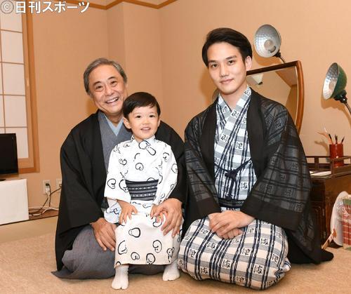 九月大歌舞伎でデビューする小川綜真くん(中央)。左は祖父・中村又五郎、右は父・中村歌昇