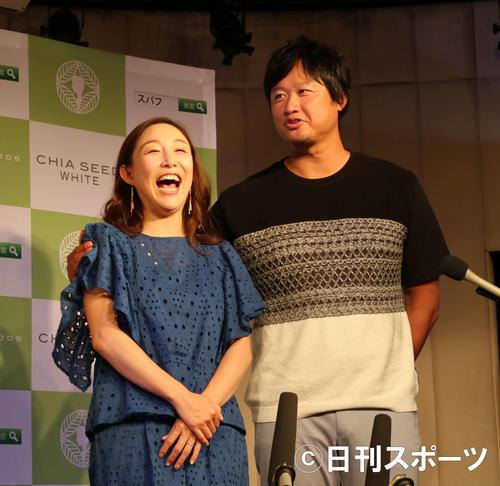 マック鈴木氏(右)と妻のクワバタオハラ小原正子(2017年5月16日撮影)