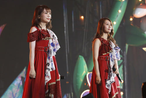 乃木坂46の秋元真夏(左)と桜井玲香