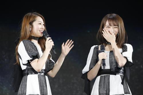 現キャプテンの桜井玲香(左)と新キャプテンの秋元真夏