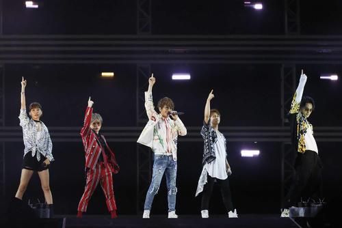 「a-nation」にトリで出演したAAA。左から宇野実彩子、末吉秀太、西島隆弘、與真司郎、日高光啓(外部提供)