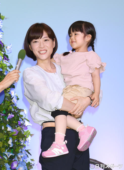 ドラマ「朝顔」の娘、つぐみ役に決まった加藤柚凪ちゃん(右)を抱っこする上野樹里(撮影・酒井清司)