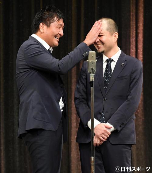 現場復帰したスリムクラブの真栄田賢(左)と内間政成(撮影・たえ見朱実)
