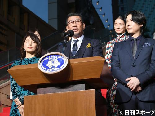 映画「記憶にございません!」完成披露試写会で、演説する中井貴一(中央)、左は石田ゆり子、右からディーン・フジオカ、吉田羊ら出演者(撮影・酒井清司)