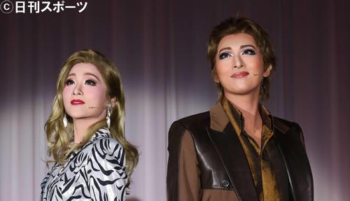 月組公演「I AM FROM AUSTRIA-故郷は甘き調べ-」の制作発表でパフォーマンスする珠城りょう(右)、美園さくら