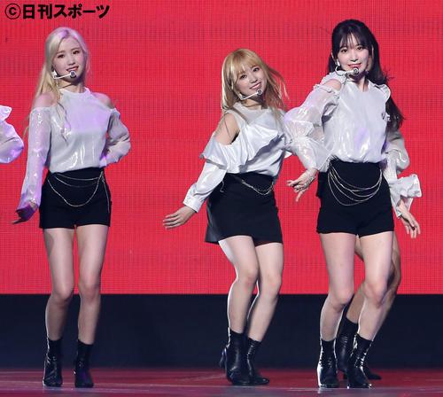 軽快なステップで観客を魅了するIZ*ONEの、左から本田仁美、矢吹奈子、宮脇咲良(撮影・河田真司)