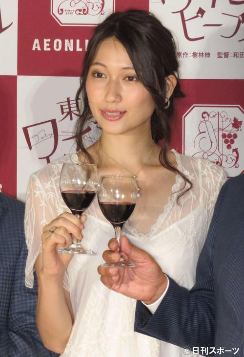 ワイングラスを持って笑顔を見せる大野いと(撮影・横山慧)