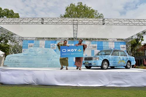 「めちゃ冷えタクシー」「氷のタクシー」お披露目体験イベントに出席したミキの兄昴生(右)と弟亜生